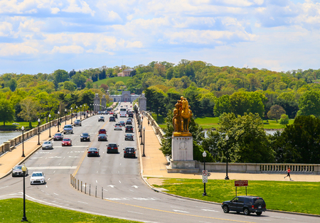 lincoln memorial: The Arlington Memorial Bridge in Washington DC leading towards National Cemetery.