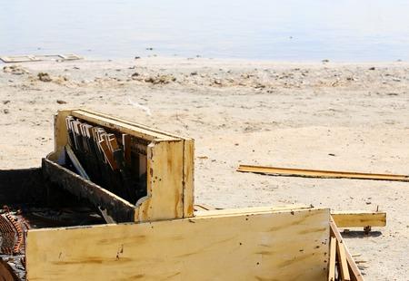 A broken piano carelessly discarded on the shore of the Salton Sea near Bombay Beach in California, USA. Reklamní fotografie