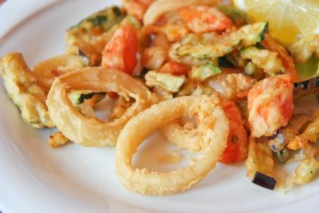 calamar: Pescado frito mixto y verduras Foto de archivo