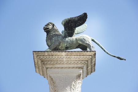 leon con alas: Símbolo alado de San Marcos León de Venecia en su columna de Italia