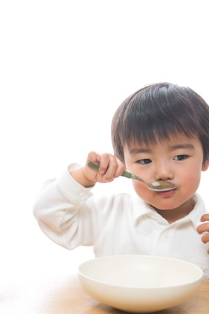 子供は食べ物を食べる
