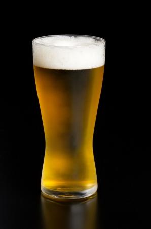 黒の背景にビール 写真素材