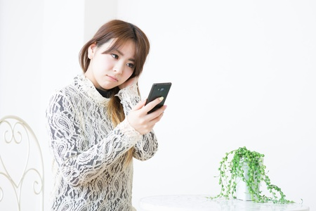 Young woman to see a smart phone Stock Photo - 19019851