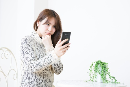 Young woman to see a smart phone Stock Photo - 19019905