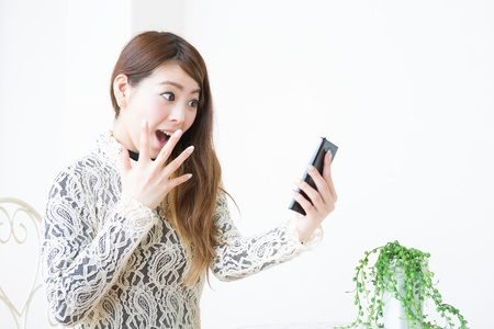 Young woman to see a smart phone Stock Photo - 19019842
