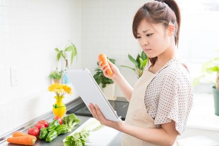 uneasiness: mujer que cocina con una figura de delantal