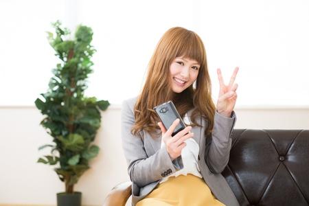 faithfulness: Beautiful young asian businesswoman holding a smart phone