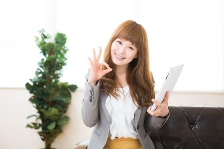 Beautiful young asian businesswoman using tablet Foto de archivo