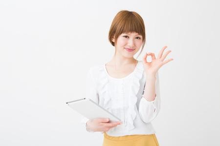 Belle jeune femme asiatique en utilisant un ordinateur tablette Banque d'images - 20072465