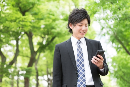 Young businessman to see a smart phone