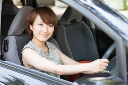 Bella giovane donna asiatica in un auto Archivio Fotografico - 21043104