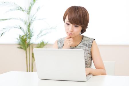 uneasiness: Hermosa mujer asi�tica joven con ordenador port�til