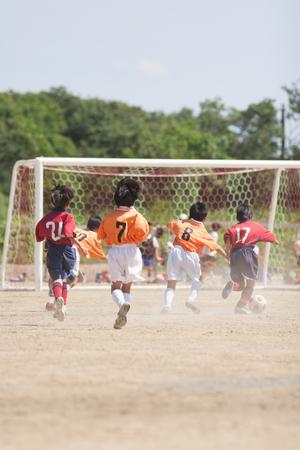 ゴール前にボールをもたらすサッカー少年