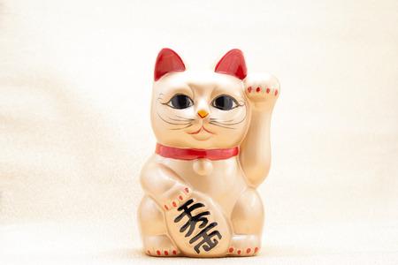 日本黄金招き猫という招き猫として知られている幸運な猫 写真素材