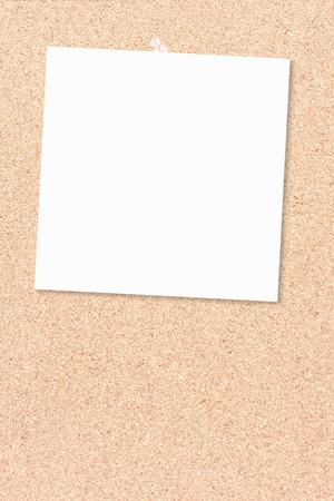 corcho: tablero de corcho como un trozo de papel blanco thumbtacked Foto de archivo