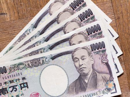 木の板にいくつかの日本の 10000 円法案を普及