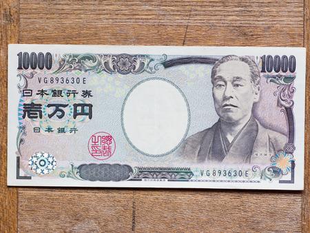 木の板に日本の 10000 円札のトップ ビュー