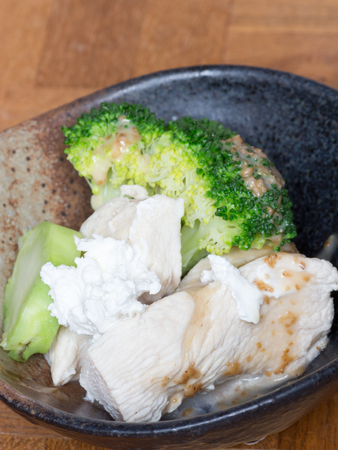 ボウルにカッテージ チーズ チキン サラダを食べる健康
