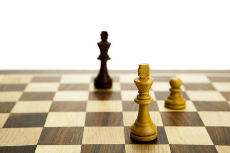 ボード上の白い背景のチェスの駒