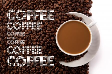 コーヒーにミルクと白地にロースト コーヒー豆のカップ 写真素材