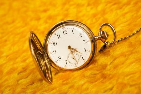 dispositions: Reloj de bolsillo de oro en en la cubierta de oro de cerca