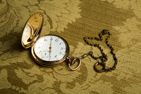 tissu or: montres de poche or sur le drap d'or close-up