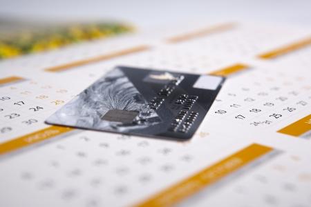 カレンダーのクローズ アップで横になっている銀行カード 写真素材