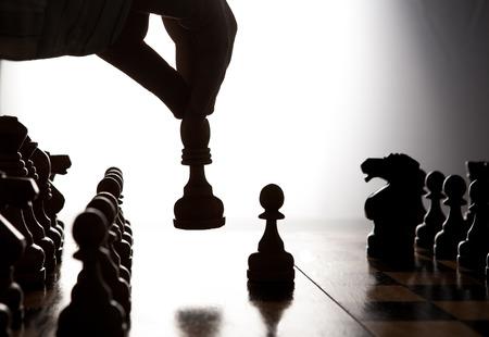 移動チェス図を作る人のシルエットの手