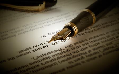 fountain pen on text sheet paper close-up Standard-Bild