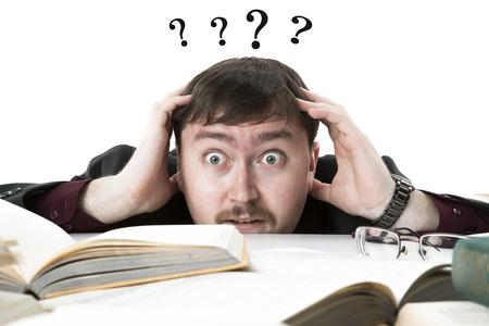 interrogativa: estudiante expresi�n interrogativa desesperadamente sobre un fondo blanco Foto de archivo
