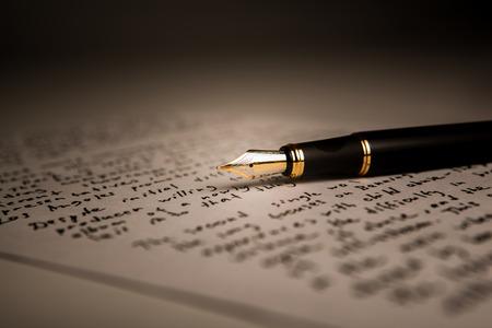 fountain pen on text sheet paper closeup Standard-Bild