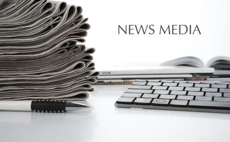 白地の新聞とキーボードのクローズ アップのスタック 写真素材
