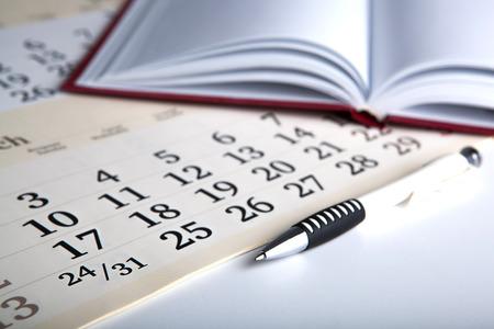 dispositions: d�as calendario con n�meros y pluma de cerca