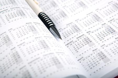 暦日数とペンをクローズ アップ 写真素材