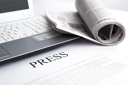 laptop, biuro gazety i prasa tekst Zdjęcie Seryjne