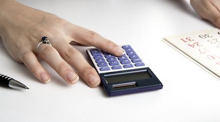 dispositions: Mujer calcula planes de futuro con el calendario de cerca