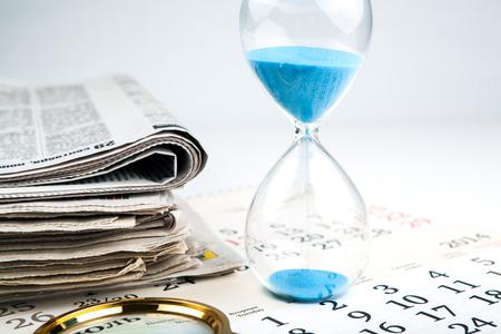directorio telefonico: equipos de oficina con el papel y calendario