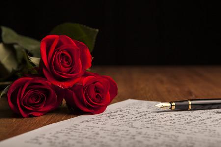 噴水のペン、紙と花のバラの静物クローズ アップ