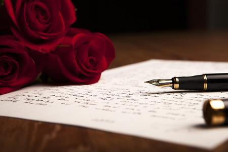 噴水のペン、紙の花バラの静物クローズ アップ