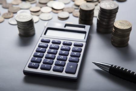 bolsa dinero: pu�ado de rublos rusos con la calculadora de cerca