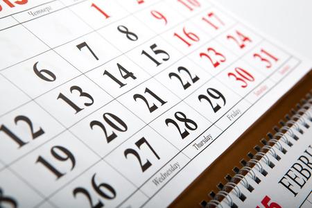 テーブルの上に置いたウォール カレンダーをクローズ アップ