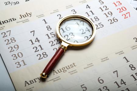 directorio telefonico: lupa tirado en el calendario de cerca