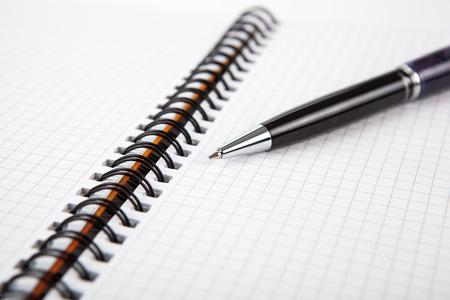 dispositions: pluma en un cuaderno en una celda cerca