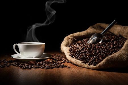 一杯のコーヒー、コーヒー豆、木のテーブルの上にバッグの 写真素材