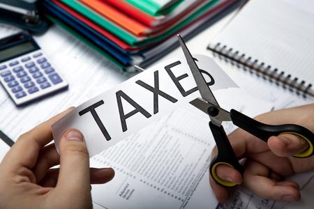 impuestos: trabajo de oficina y la metáfora para el pago de impuestos Foto de archivo