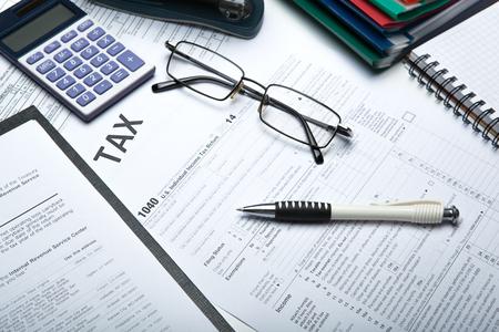 kantoorwerk en invullen belastingaangifte close up Stockfoto