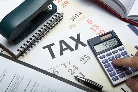 オフィスワークや納税申告書に記入をクローズ アップ 写真素材