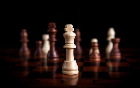 chess: piezas de ajedrez con el rey en el centro