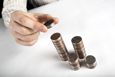 moneta da cinque rubli nelle mani dell'uomo vicino