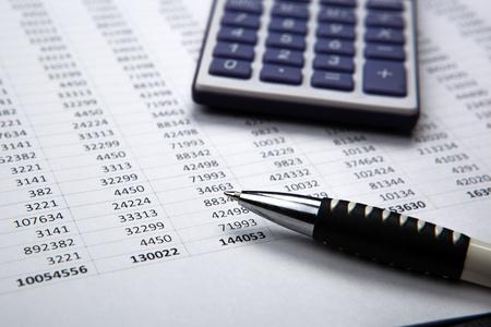 pluma en el fondo de la calculadora y de contabilidad documentos